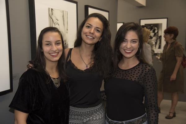 "332816 771987 natalia gambini rachel aranha julia guimarA es web  - Galeria Mario Cohen e Loungerie inauguram exposição ""Divas"""