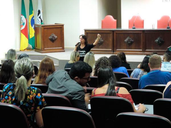 A procuradora do MPT Patrícia Sanfelice conduziu a capacitação - MPT na Escola realiza primeira capacitação do ano para a região de Porto Alegre