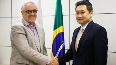 laerte rimoli cumprimenta o embaixador do cazaquistao 390x220 - Brasil e Cazaquistão iniciam cooperação para divulgar suas culturas