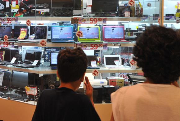 lojas - Confiança do consumidor teve queda de 0,2% em fevereiro, diz CNI