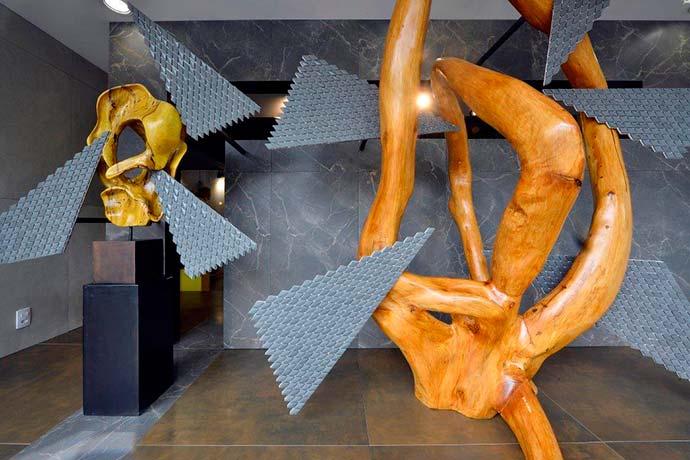 A vitrine que ficará ambientada por um ano impacta os visitantes que podem ver de perto a versatilidade do uso do porcelanato. - Portinari ganha vitrine assinada por Jóia Bergamo