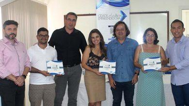Representantes de Bombinhas e Sebrae na entrega do Pedem 390x220 - Plano de Desenvolvimento Econômico aponta Bombinhas como referência em turismo sustentável
