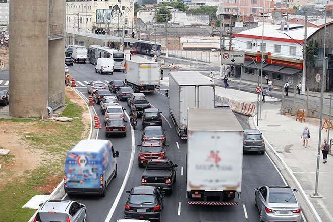 caminhoes cidade min - CNT revela em estudo as dificuldades do transporte de cargas em centros urbanos