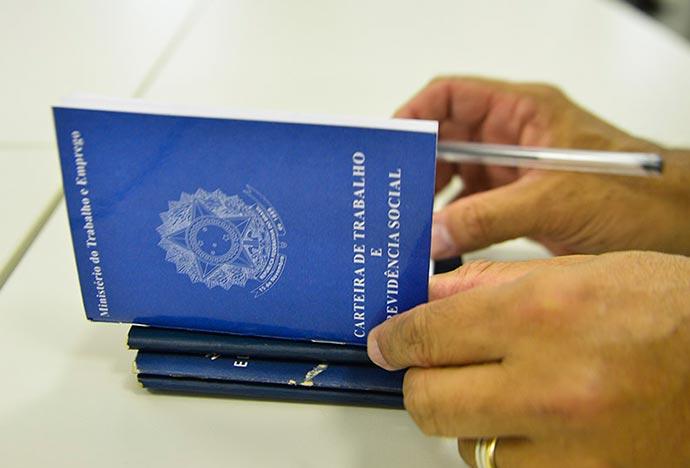 carteira de trabalho cópia - 29% dos brasileiros possuem receio do desemprego