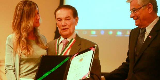 florianopolis   governador entrega medalha zilda arns ao medium divaldo franco 20180413 1975430332 1 - Governador de SC entrega medalha Zilda Arns ao médium Divaldo Franco