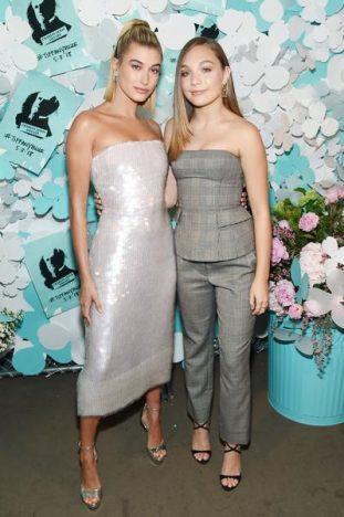 336783 788099 hailey baldwin e maddie ziegler web  311x468 - Tiffany & Co. lança coleção de joias Tiffany Paper Flowers