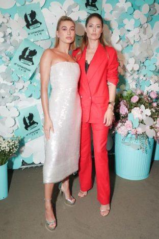336783 788101 hailey baldwin e doutzen kroes web  312x468 - Tiffany & Co. lança coleção de joias Tiffany Paper Flowers