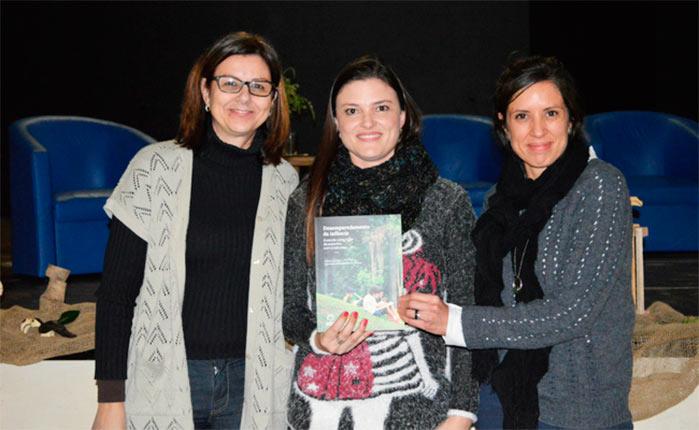 A diretora de Educação Neide Vargas e a representante do Instituto Alana Paula Mendonça entregam um exemplar do livro para a diretora da EMEI Aldo Pohlmann Danielle Bressler - Lançamento de livro marca início da Semana Municipal do Brincar em Novo Hamburgo
