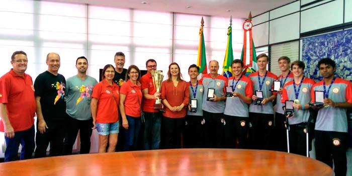 Atletas receberam medalhas de reconhecimento da Prefeitura de Novo Hamburgo - Prefeitura homenageia atletas campeões mundiais de punhobol