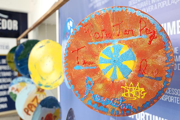 ExposicaoPazTerezaVerzeri 006 - Mostra de pinturas em discos de vinil celebra a paz em Esteio