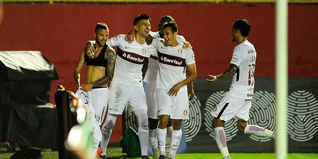 Inter no G4 em Salvador 1 - Gol no final contra o Vitória põe Inter no G4