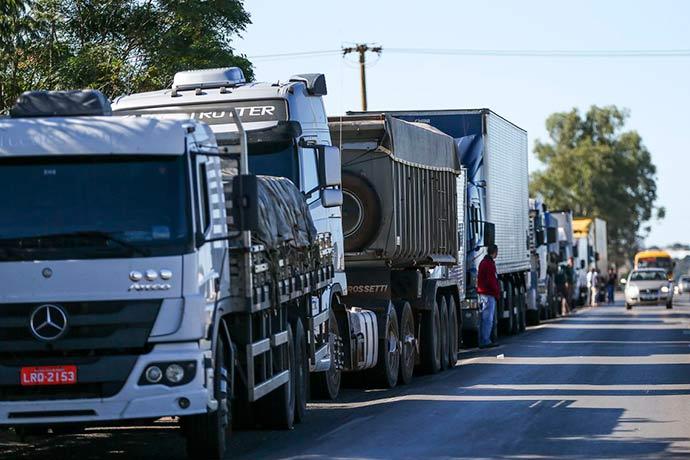 caminhoneiros brasil - Governo divulga número para caminhoneiros denunciarem abusos na greve