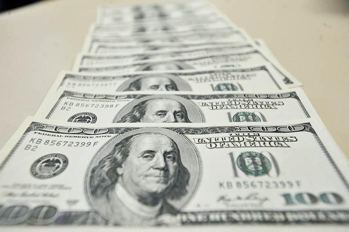 dolar 6 - Dólar cai a R$ 3,69; Bovespa tem alta de 3,69%