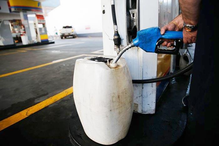 galões gasolina - Uso de galões para abastecer não tem regras claras e há risco