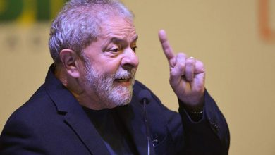 lula 1 390x220 - Juiz retira benefícios do ex-presidente Lula, preso em Curitiba