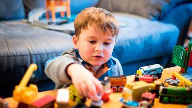 menino carrinhos 390x220 - A importância da brincadeira pra educação das crianças
