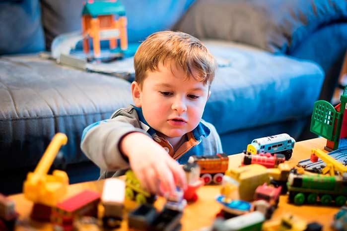 menino carrinhos - A importância da brincadeira pra educação das crianças