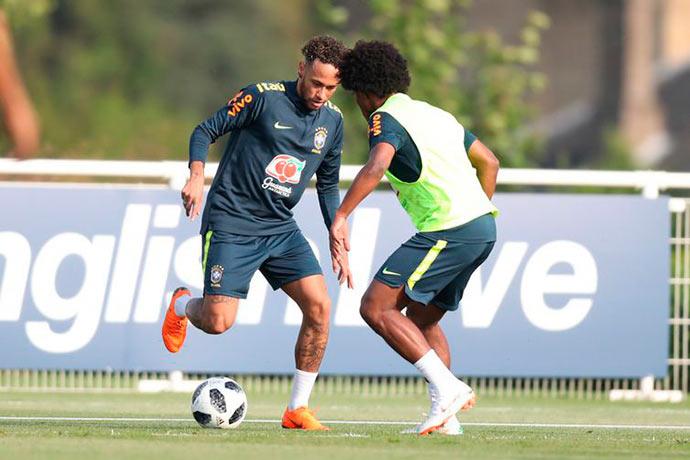 neymar e willian - Seleção treina hoje na Inglaterra, na preparação para a Copa