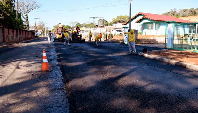 A pavimentação asfáltica começou pela interseção com a Rua José Schuch Sobrinho - Avançam obras de pavimentação  em Lomba Grande