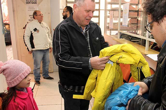 EntregaAgasalhosArrecadadosSenai 003 - Senai de Esteio doa mais de 200 peças para a Campanha do Agasalho