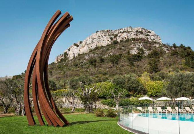 Escultura de Bernar Vernet nos jardins 4 676x468 - Obras de Bernar Vernet nas propriedades da Oetker Collection