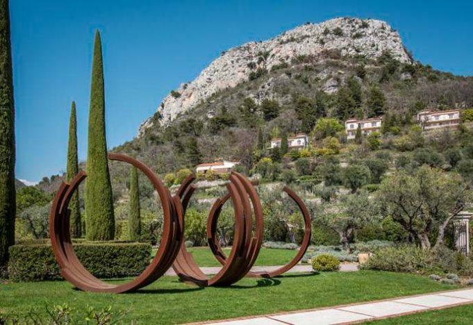 Escultura de Bernar Vernet nos jardins 6 681x468 - Obras de Bernar Vernet nas propriedades da Oetker Collection