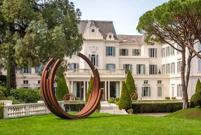 Escultura de Bernar Vernet nos jardins1 - Obras de Bernar Vernet nas propriedades da Oetker Collection