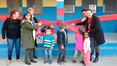 Prefeita Fátima e secretária Maristela realizaram o desenlace da fita inaugural 390x220 - Prefeitura de Novo Hamburgo inaugura refeitório em escola