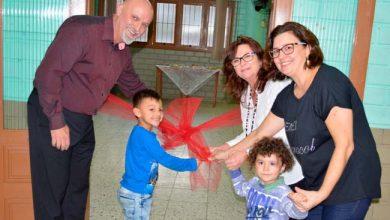 Vice prefeito Dr. Antônio Fagan e a secretária de Educação Maristela Guasselli descerraram uma fita alusiva à inauguração da Escola 390x220 - Prefeitura de Novo Hamburgo inaugura escola
