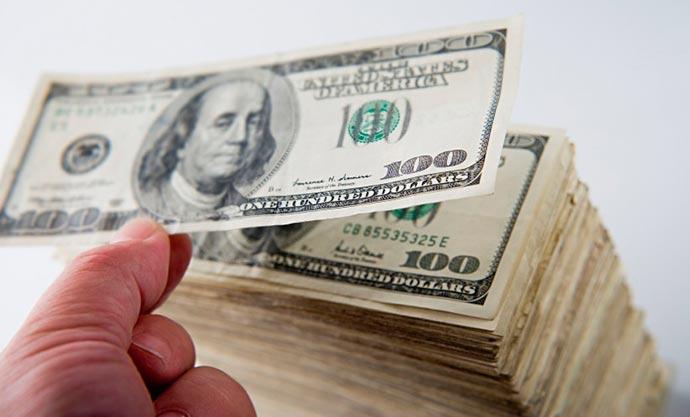 dolar 1 - Bolsa fecha estável e dólar em queda