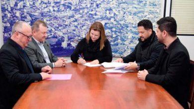 Assinatura da cedência ocorreu no Centro Administrativo Leopoldo Petry 390x220 - Prefeita Fátima Daudt formaliza cedência de terreno para Horta Comunitária Joanna de Ângelis