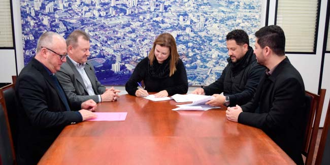Assinatura da cedência ocorreu no Centro Administrativo Leopoldo Petry - Prefeita Fátima Daudt formaliza cedência de terreno para Horta Comunitária Joanna de Ângelis