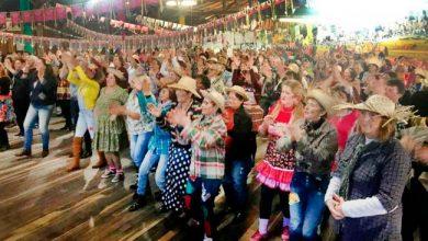 """Grupo de idosos dançando 390x220 - Programa Melhor Idade realiza """"Arraiá"""""""