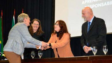 Secretária Maristela entrega o diploma a um dos alunos 390x220 - Jovens e adultos celebram conclusão do Ensino Fundamental com cerimônia de formatura