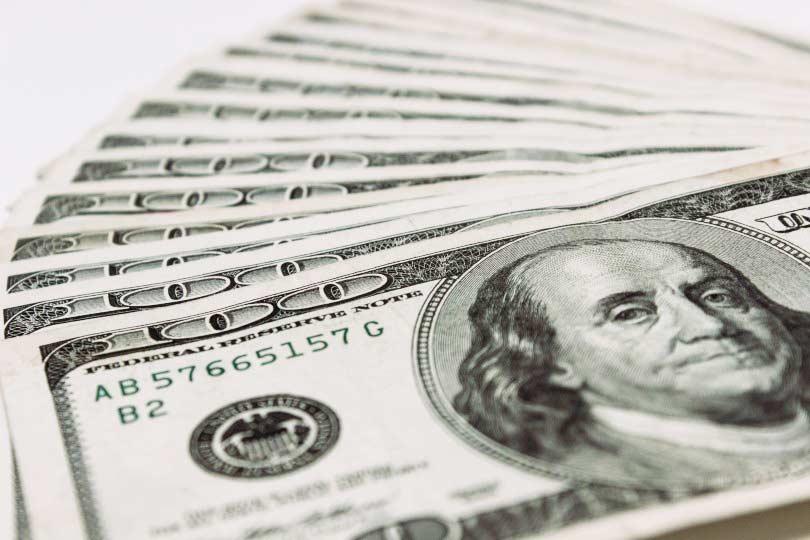dolar4 - Dólar fecha abaixo de R$ 3,70; Ibovespa acumula valorização