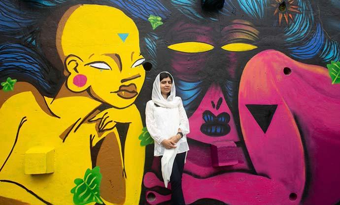 malala rj - Malala visita projeto de grafite e assiste a futebol na praia do Rio de Janeiro