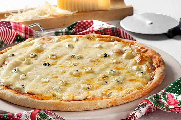 pizza quatro queijos - Dia da Pizza: comemore com uma receita saborosa