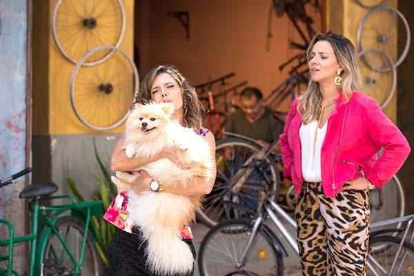 Arlete e Veronica procuram p cachorros ababdonados na Comunidade Foto Eduardo Lupianhez 55 - As Aventuras de Poliana - Resumo dos Capítulos 69 a 73 (20.08 a 24.08)