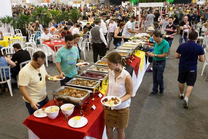 Bierville almoço 700x468 - Festa da cerveja de Joinville terá desfile, rótulos artesanais e estacionamento gratuito