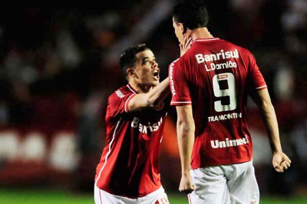 Damião e Dalessandro do Inter na Recopa - Inter: Bicampeonato da Recopa completa sete anos