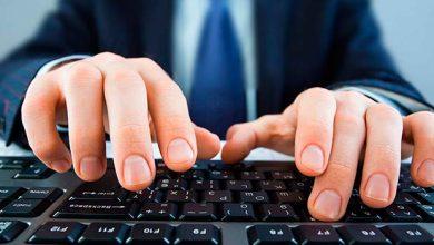 Mãos no teclado de computador 390x220 - Digitalizar mil serviços é meta do governo até 2020