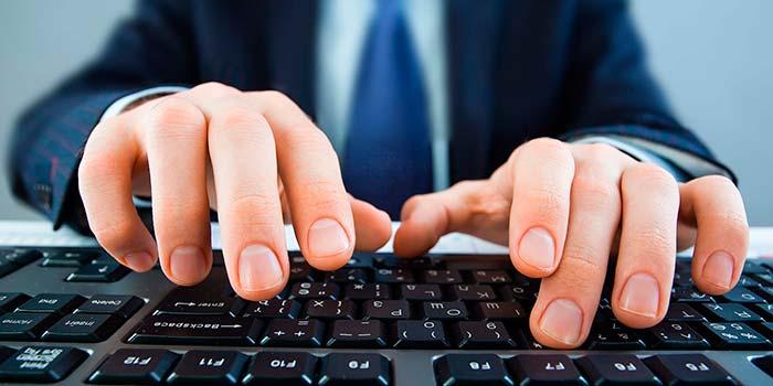 Mãos no teclado de computador - Digitalizar mil serviços é meta do governo até 2020