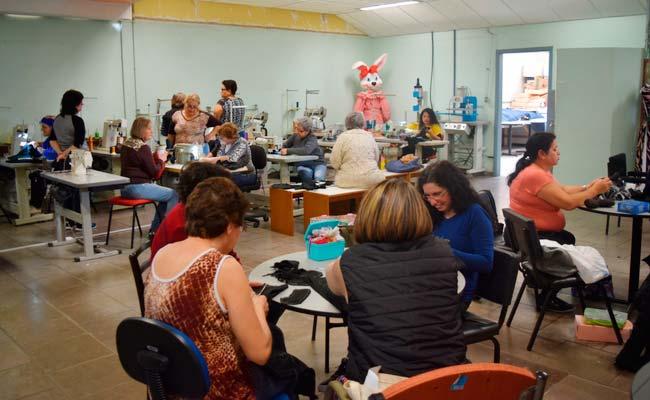 Merry Christmas Bonecas produzidas na oficina serão doadas - Economia Solidária realiza oficina de confecção de bonecas
