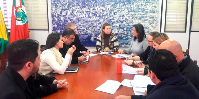 Prefeita Fátima Daudt volta a receber representantes da ACI - Prefeita Fátima Daudt recebe representantes da ACI para tratar de desburocratização e simplificação
