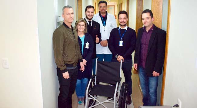 UPA Canudos recebe cadeira de rodas do Rotary Club de Novo Hamburgo - Rotary Club de Novo Hamburgo doa cadeira de rodas a UPA Canudos