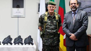 General de Exército Geraldo Antonio Miotto Presidente da Taurus Salesio Nuhs 390x220 - Taurus doa armas ao Comando Militar do Sul