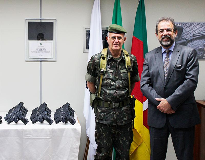 General de Exército Geraldo Antonio Miotto Presidente da Taurus Salesio Nuhs - Taurus doa armas ao Comando Militar do Sul