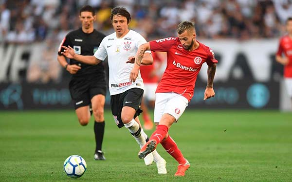 Torcida colorada compareceu em bom número na Arena Corinthians 1 - Corinthians e Inter empatam pelo Brasileirão