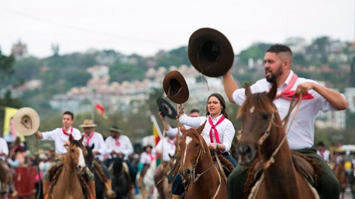 desfile farroupilha - Desfile do 20 de setembro reúne mais de 10 mil pessoas