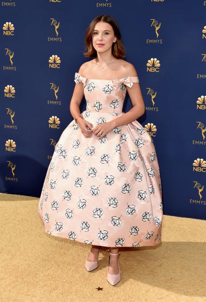 millie bobby brown - Famosos vestem Calvin Klein no Emmy 2018